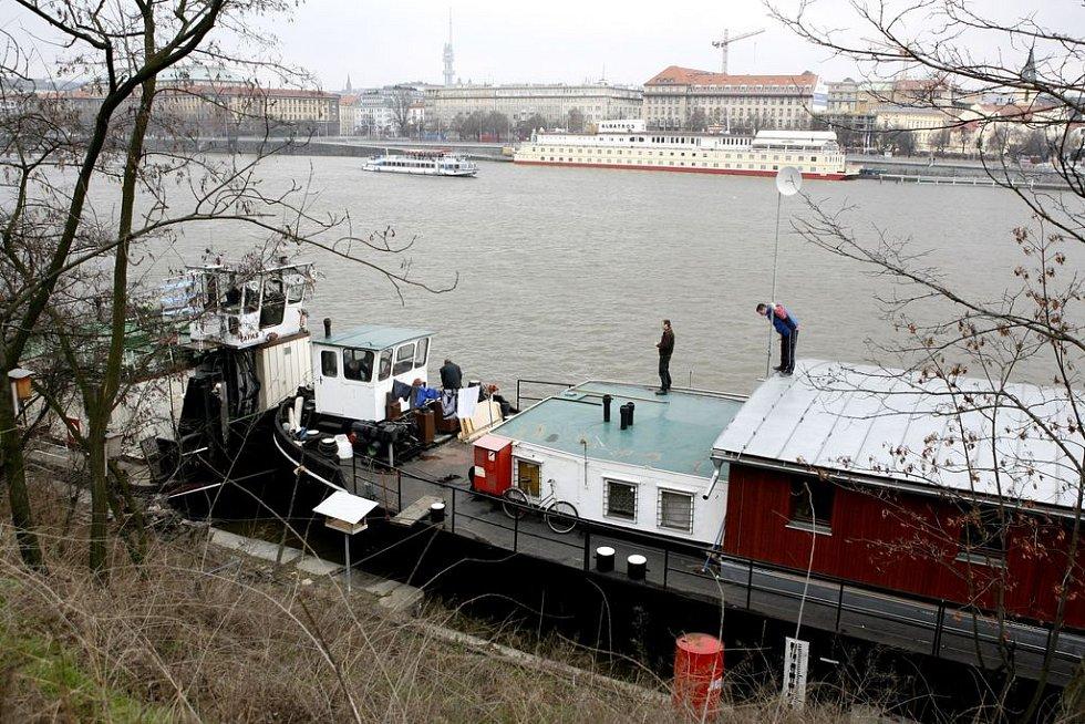 Kvůli možným záplavám byla 5. března převezena do bezpečí holešovického přístavu loď – ubytovna pro bezdomovce Hermes.