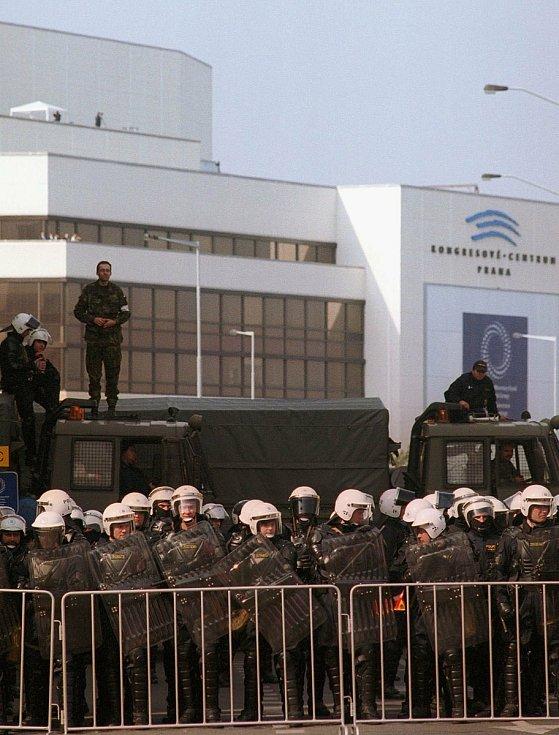 Policejní kordon blokuje ulici 5. května nedaleko Kongresového centra v Praze, kde začalo 26. září 2000 výroční zasedání MMF a SB. Zatímco na tomto místě panoval po poledni klid, v Lumírově ulici pod Kongresovým centrem došlo ke krvavým srážkám mezi polic