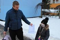 Žáci si pilotně vyzkoušeli testování proti koronaviru. Praha pro ně zajistila antigenní testy ze slin.