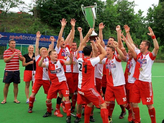 MISTŘI! Pozemní hokejisté pražské Slavie vybojovali jedenatřicátý titul mistrů republiky ve své historii.