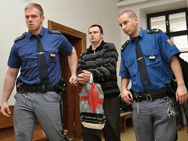 Z těžkého ublížení na zdraví s rasovým motivem se před Krajským soudem v Praze zpovídal vazebně stíhaný Jiří Pletánek.