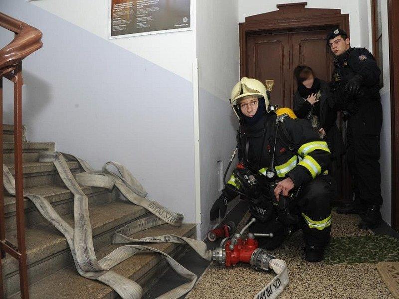 Požár bytu ve třetím patře pětipodlažního domu v ulici Nad Závěrkou na Strahově v Praze.