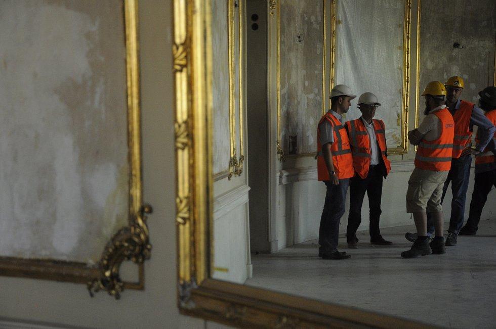 Ředitel Jan Burian, stavbyvedoucí Jan Křístek a další pracovníci konzultují průběh rekonstrukce ve foyer v prvním patře.