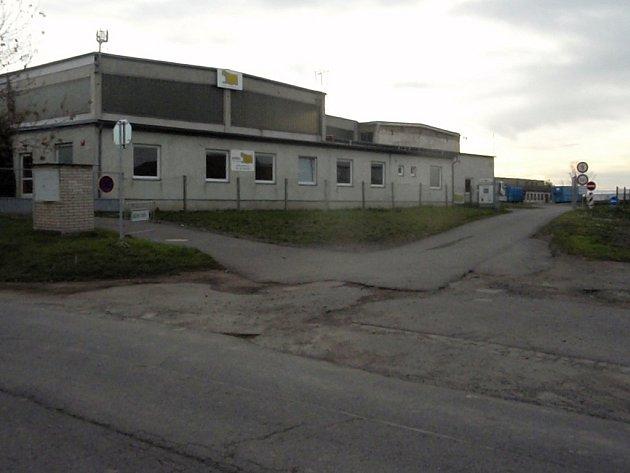 Třídírna odpadu stojí na samém okraji Satalic. Vzhledem k zákazu přepravy odpadu směrem na Počernice nebo po dálnici musejí vozy jezdit přes obec.