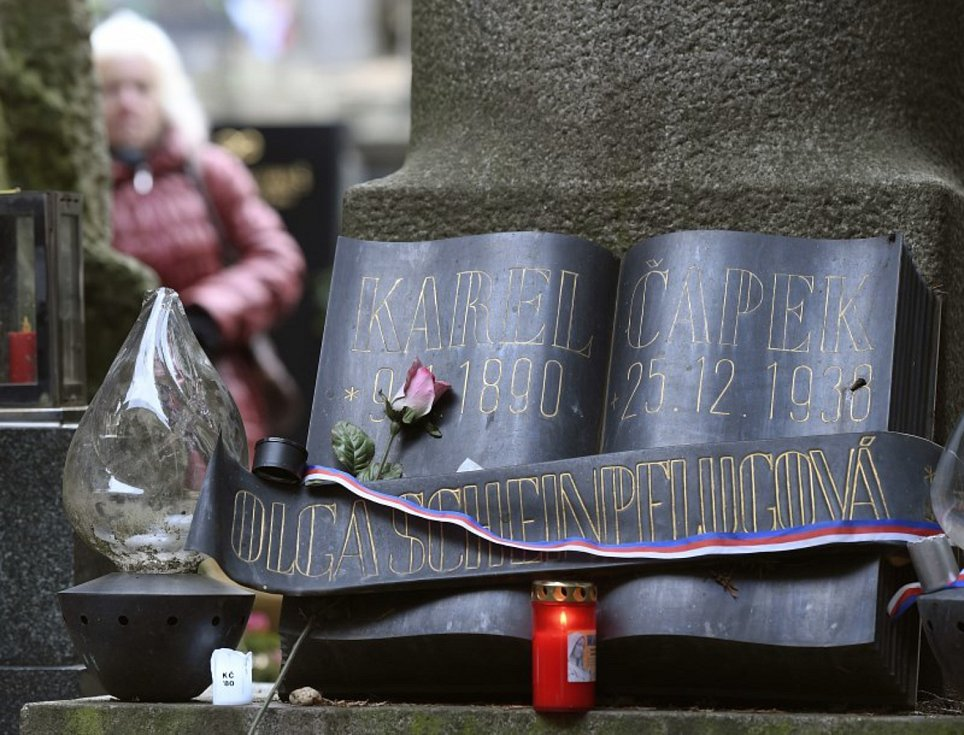 Hrob Karla Čapka - Přibližně dvě stovky příznivců spisovatele Karla Čapka se 25. prosince 2018 před polednem sešly u jeho hrobu na pražském Vyšehradě na každoročním setkání ve výroční den jeho úmrtí. Spisovatel zemřel 25. prosince 1938, tedy před 80 lety.