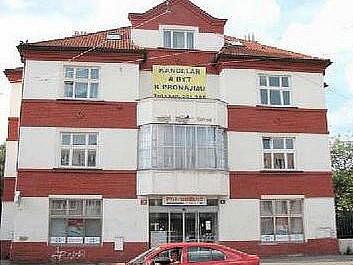 Jako bonus k pronájmu kanceláří nabízejí v ulici v Olšinách i byt.