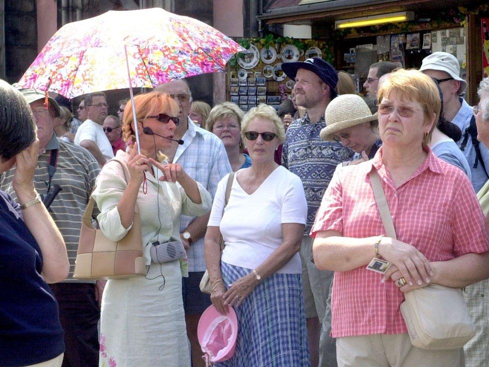 Průvodce turistů v Praze. Ilustrační foto.