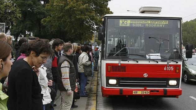 Levou ruku autobus seniorce přiskřípl, pravou má žena zraněnou. To jsou základní informace, kterou mají pražští policisté o dopravní nehodě, která se stala v Michelské ulici na zastávce městské hromadné dopravy Pod Dálnicí.