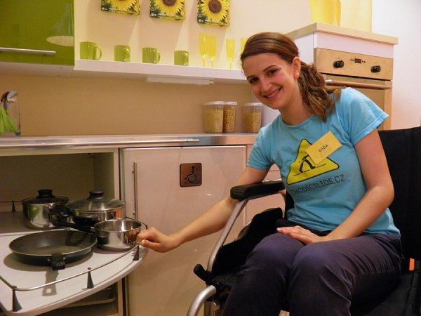 BOHDANA JAKUBCOVÁ na výstavě ukazuje, jak vypadá byt člověka stělesným postižením.
