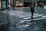 Kampaň České asociace pojišťoven #nepozornostzabiji má upozornit na používání mobilů u chodců.