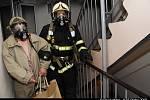 POŽÁR V DAŠKOVĚ ULICI. V Praze 12 ve čtvrtek 20.3. brzy ráno hořelo v desátém patře panelového domu. Hasiči museli evakuovat třicet lidí, sedm dalších muselo být  převezeno k ošetření.
