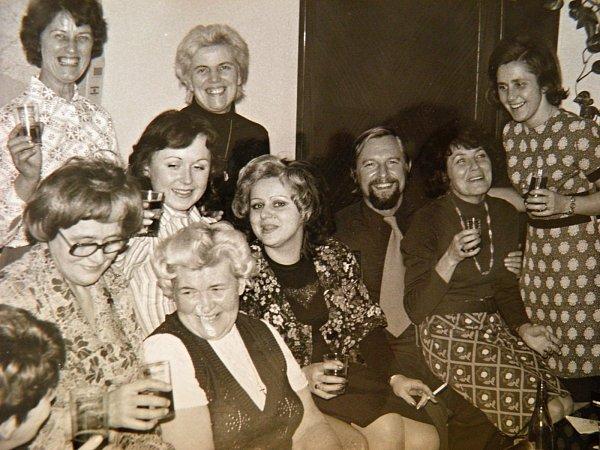 JIŘÍ NEZKAZIL ŽÁDNOU LEGRACI. Na snímku ze sedmdesátých let při jedné zoslav skolegyněmi zpráce.