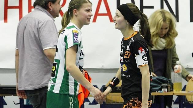 KAPITÁNKY Eliška Křížová z Bohemians (vlevo) a Dominika Šteglová z Herbadentu.