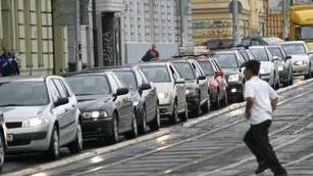KOLONA AUT V RESSLOVĚ ULICI. Dopravní situaci včera dopoledne dosti zkomplikovalo uzavření ulice kvůli pietnímu aktu před chrámem Cyrila a Metoděje.