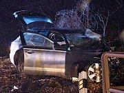Řidič Audi narazil u Měchenic do pilíře železničního mostu, nehodu nepřežil.