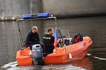 Poříční policie stále hledá pohřešovaného lovce kešek, kterého zastihla bouřka v Motolském potoce.