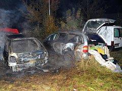 Požár osobních automobilů ve Stodůlkách.