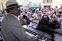 Z hudebního festivalu Léto na Jungmaňáku, který zahájil muzikant Jaroslav Uhlíř se svým bandem.