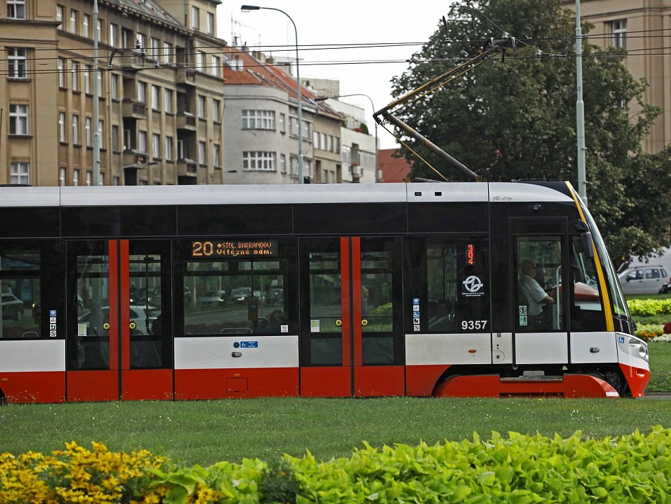 Tramvaj a autobus.