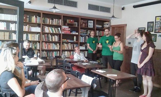 Improvizační skupina herců Poločas nápadů pobavila návštěvníky pražské kavárny Adastra dvě hodiny.