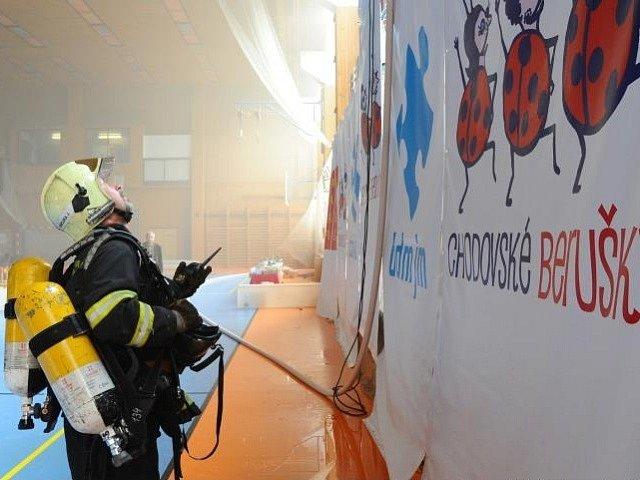Požár ve sportovní hale v ulici Mírového hnutí na pražském Chodově.