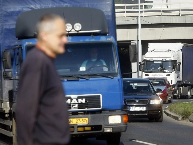 Spořilovská je podle mnoha místních obyvatel nejpalčivějším problémem Prahy 4. Hluk a zhoršené životní prostředí je způsobené tisíci kamiony, které denně jezdí Spořilovským pod okny.