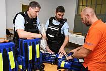 Čtrnáct zdravotnických batohů pro využití u prvosledových hlídek policie