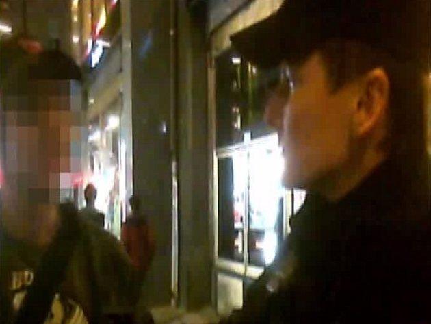 Opilý muž chtěl na Václavském náměstí v Praze napadnout strážníky městské policie.