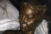 Policisté hledají téměř dva metry vysokou a tři sta kilo vážící bronzovou sochu nahé ženy.