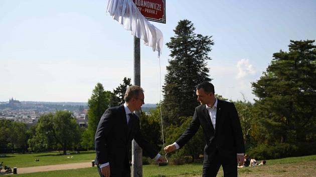 Pojmenování promenády v Riegrových sadech po Pawlu Adamowiczovi.