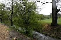 ROKYTKA. Říčka protéká unikátně zachovanou příměstskou krajinou.