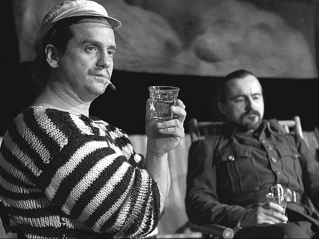 Jan Potměšil (vlevo) v roli plavčíka Důry a Tomáš Karger jako major.