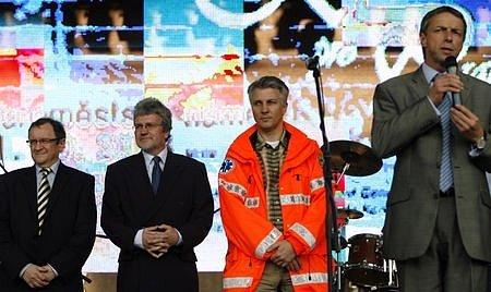 Miroslav Škaloud (zcela vlevo) senátorské křeslo obhajoval a uspěl.