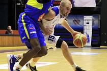 SPRÁVNÝ KAPITÁN! Výhru na Ústím nad Labem řídil basketbalista USK Praha Michal Vocetka.
