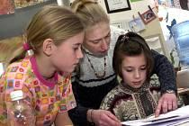 Nový školní rok je možná časovaná bomba. Na prvním stupni hrozí, že nebude dostatek učitelů pro prvňáčky. Malých dětí nyní stále přibývá.