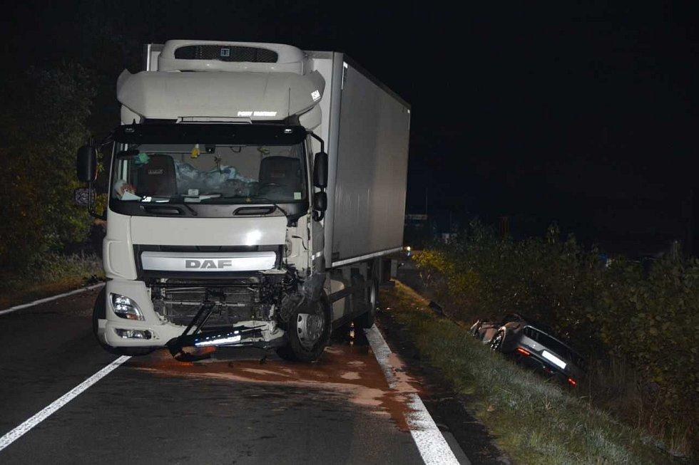 Při dopravní nehodě na Říčansku uhořel řidič mustangu.