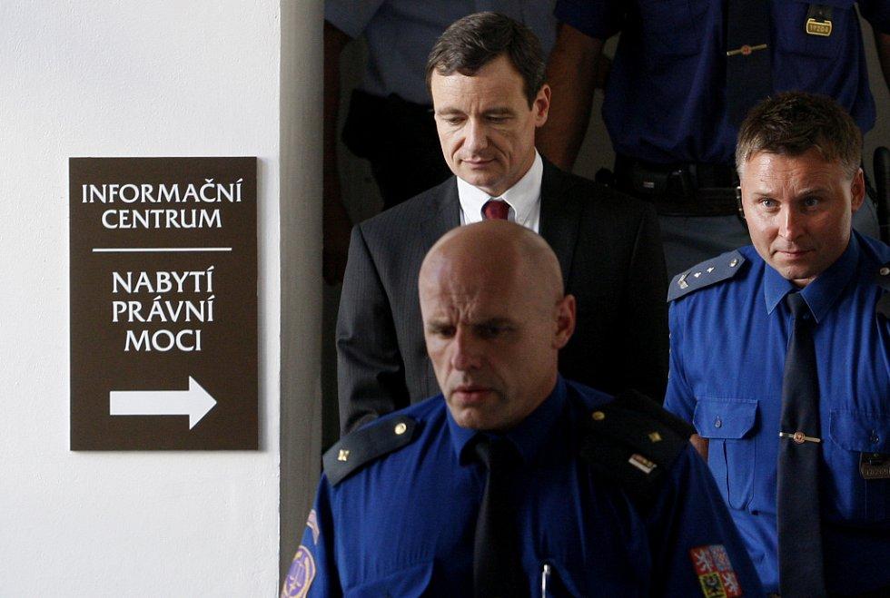 Eskorta odvádí Davida Ratha od soudu pro Prahu-východ 20. srpna.