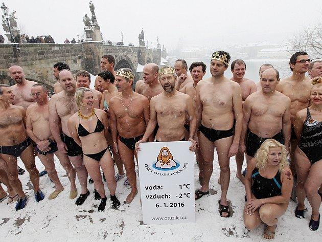 Muzeum Karlova mostu společně s Českou otužileckou unií již pošesté přivítali nový rok tříkrálovou plavbou pod Karlovým mostem. Pro převoznický punč v pravé poledne plavalo 33 otužilců.
