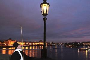 Lampář na Karlově mostě.