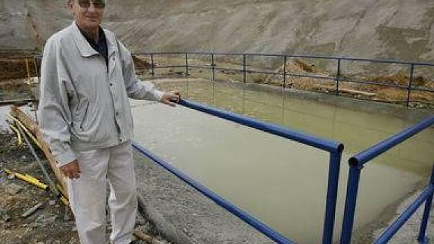 ZAVODNĚNÍ. Zdeněk Selichar z Ředitelství silnic a dálnic před nádrží, z níž se spodní voda přečerpává do potoka.