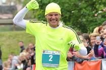 HEREC A MODERÁTOR Dalibor Gondík v cíli jednoho ze závodů běžecké série RunTour.