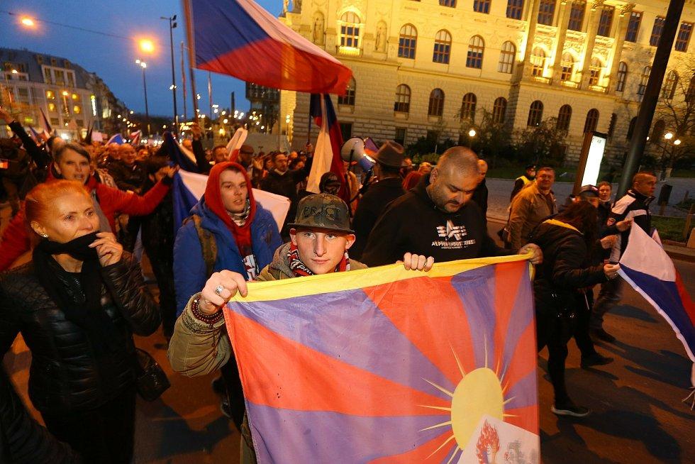 Demonstrace na Václavském náměstí v Praze v úterý 17. listopadu 2020. Po jejím skončení se průvod vydal na Národní třídu.