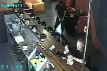 Hubený muž vysoký asi 175 cm v odhadovaném věku mezi 25 a 30 lety, který si hlavu maskoval kuklou, tehdy vtrhl do podniku v Mendelově ulici krátce po 21. hodině. Na hosta i na obsluhu namířil zbraň.