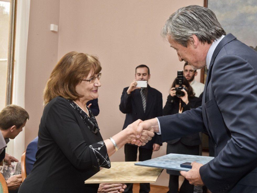 Ministr obrany Martin Stropnický předal v Praze osvědčení účastníkům odboje a odporu proti komunismu. Na snímku přebírá osvědčení Kamila Bendová.