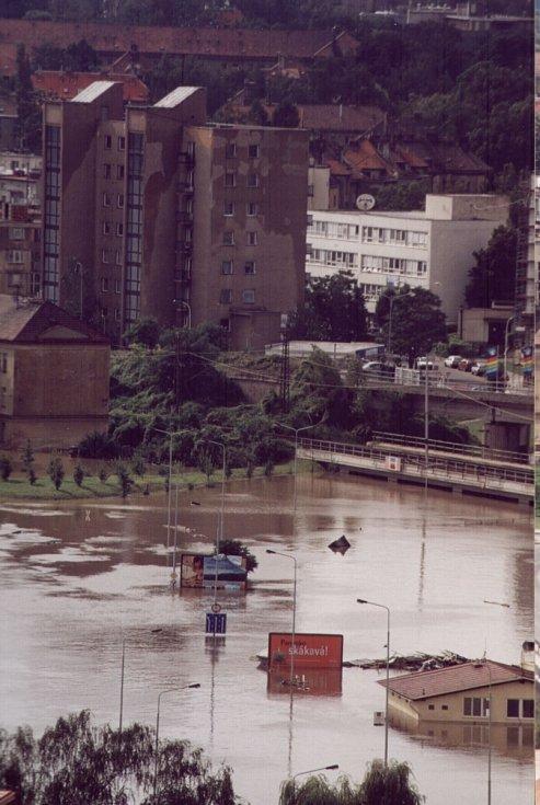 Povodně z roku 2002 v Praze. Další srovnávací snímek z okolí Dejvic.
