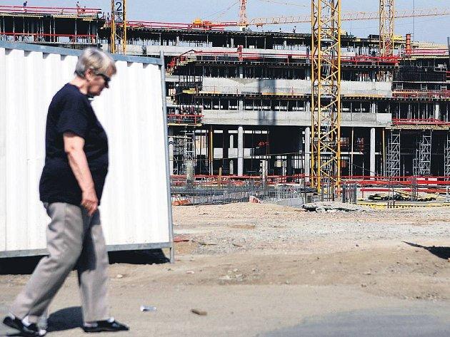 STAVENIŠTĚ NA PANKRÁCI. Občanská sdružení tvrdí, že zástavbu pankrácké pláně nikdo nekoordinuje jako celek. Poukazují mimo jiné na to, že pro některé budovy vydává stavební povolení magistrát, pro jiné pak úřad městské části.