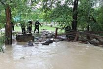 Povodňová vlna přišla do sportovního areálu rychle a zatopila co se dalo.