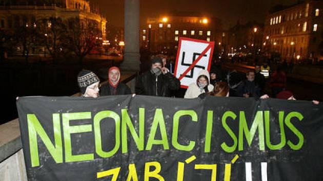 """PROTI RASISMU. Středečního pochodu """"Posviťme si na neonacisty"""" se účastnily stovky lidí, které chtěly vyjádřit své znepokojení nad vzrůstající aktivitou českých ultrapravicových sil."""