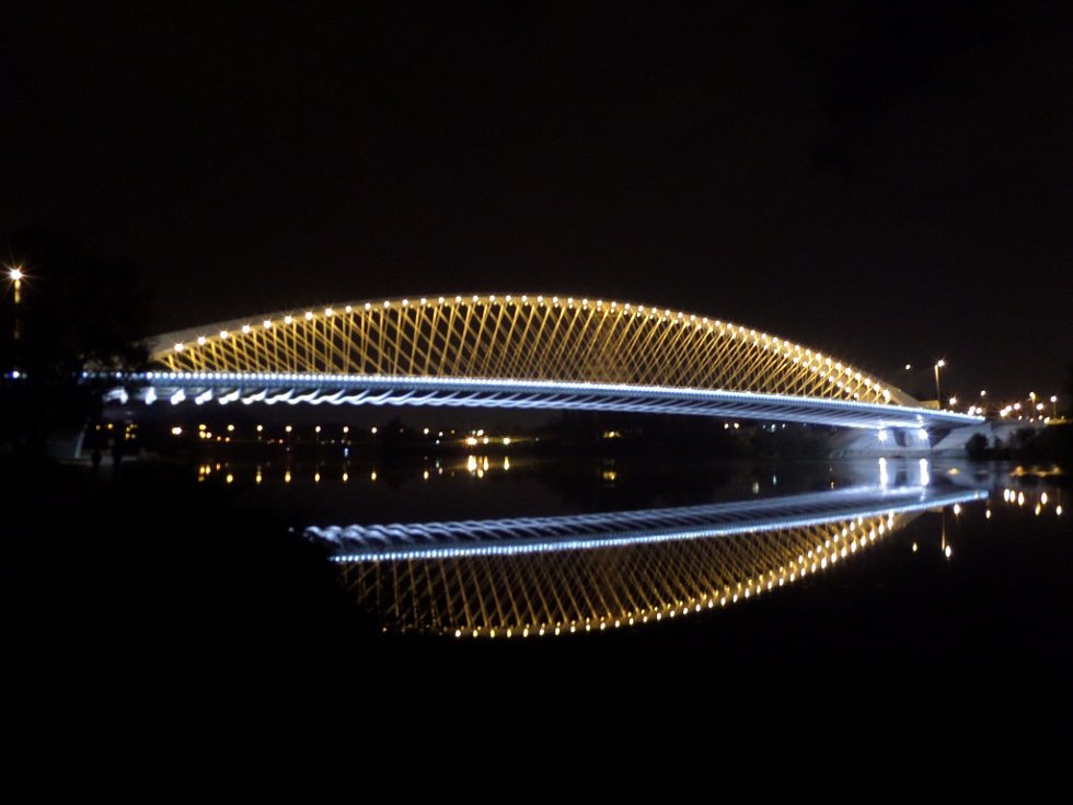 Osvětlený Trojský most.