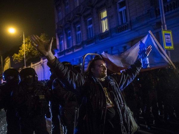 26. výročí Sametové revoluce 17.listopadu před Úřadem vlády vPraze. Policie musela rozehnat dav.